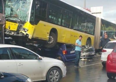 Σύγκρουση επιβατικού με λεωφορείο