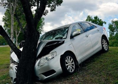 Σύγκρουση οχήματος σε δέντρο ή στύλο – κολώνα